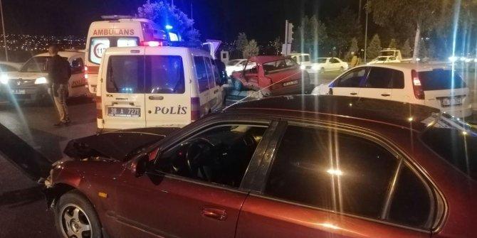 3 otomobilin karıştığı zincirleme kazada 4 kişi yaralandı