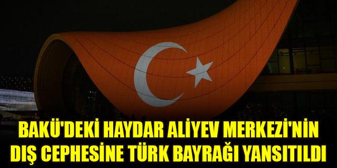 Bakü'deki Haydar Aliyev Merkezi'nin dış cephesine Türk bayrağı yansıtıldı
