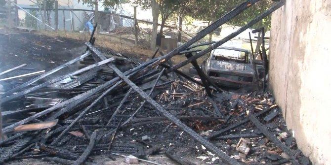 İçerisinde otomobil bulunan gecekondu alev alev yandı