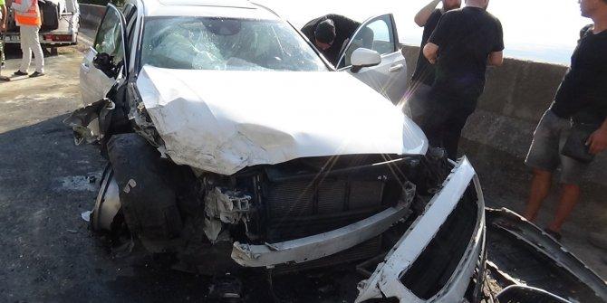 İki araç kafa kafaya çarpıştı: 1'i ağır 8 yaralı