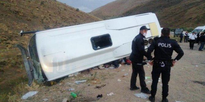 Öğrencileri taşıyan midibüs devrildi: 19 yaralı