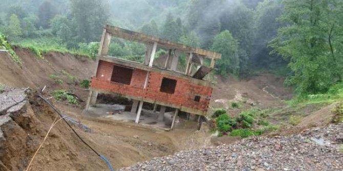 Rize'de 2 katlı inşaat heyelanda 30 metre kaydı