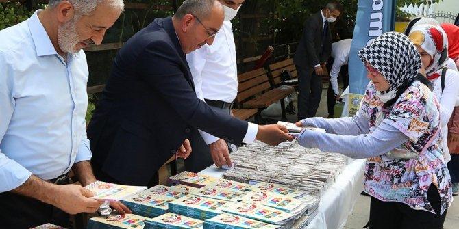 Başkanlardan miniklere namaz ve dua kitabı hediyesi