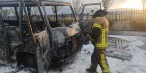 Hastane bahçesinde park halindeki minibüs yandı