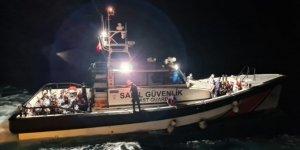 Muğla açıklarında sürüklenen lastik bottaki 35 düzensiz göçmen kurtarıldı