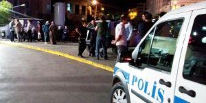 Kavgayı ayırmak isteyen polis bacağından bıçaklandı