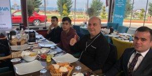 TÜGVA'lı Gençler Belediye Başkan Adayı Uzun'la kahvaltıda buluştu