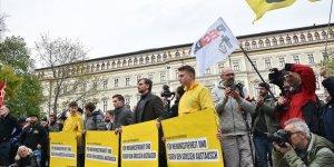 Avusturya'da ırkçılık karşıtları ırkçıları protesto etti