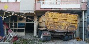 İzmir'de kamyonun kıraathaneye girmesi