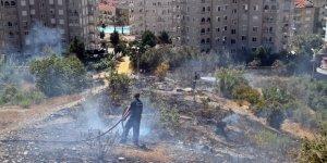 Alanya'da çıkan yangın yerleşim yerlerin sıçramadan söndürüldü