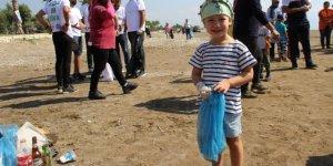 Finike sahilinden 350 kilo çöp toplandı