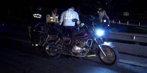 Motosikletiyle bariyerlere çarpan sürücü yaralandı
