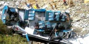 Hindistan'da otobüs kamyonla çarpıştı: 9 ölü, 15 yaralı