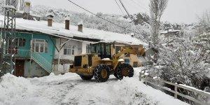 Bozkır Belediyesi çalışanlarının kar mesaisi