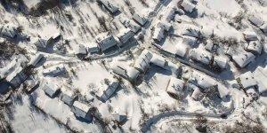 Domaniç Dağı eteklerinde kalınlığı 3 metreye ulaşan kar yaşamı olumsuz etkiliyor