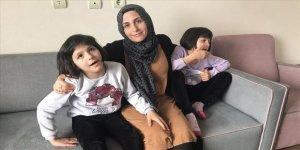 Fedakar anne, otistik ikizlerini topluma kazandırmak için mücadele ediyor