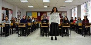"""Protez bacakla """"ilk adım"""" heyecanı yaşayan Buket öğretmen öğrencilerine kavuştu"""