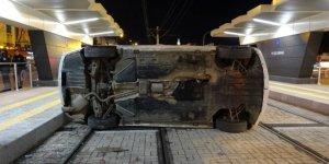 Otomobil tramvay durağına daldı: 2 yaralı