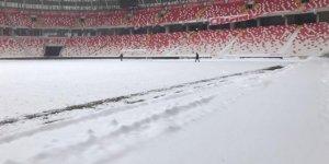 Yeni 4 Eylül Stadı'nın zemini karla kaplı