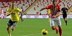 Antalyasporlu Podolski, sosyal medya paylaşımlarıyla da gönüllere giriyor