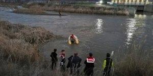 Baraj kapakları açıldı, adacıkta mahsur kalan 3 kişi kurtarıldı