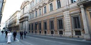 Papa Francis, karantinada olan Roma caddelerinde gezindi