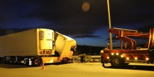 İzmir'de tır işaret levhasına çarptı: 1 ölü, 1 yaralı