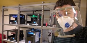 Kendi yaptığı 3 boyutlu yazıcılarda siperli maske üretiyor