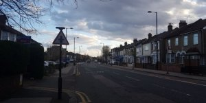 İngiltere sokaklarında koronavirüs sessizliği