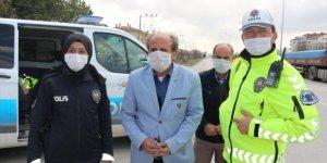 Kulu'da denetim yapan polislere tatlı ikramı