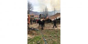 Ankara'nın Kızılcahamam ilçesinde çıkan yangında 6 ev ve samanlık hasar gördü