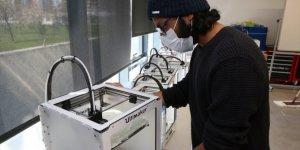 Kayseri'de yabancı öğrenciler, sağlık çalışanları için siperlikli maske üretiyor
