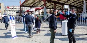 Kahramankazan Belediye Başkanı Oğuz vatandaşlara maske dağıttı