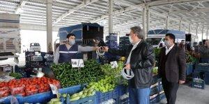 Melikgazi Belediyesi pazar esnafına siperlik dağıttı