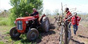 Kızılay gönüllüleri sokağa çıkamayan ailenin bahçe bakamını yaptı