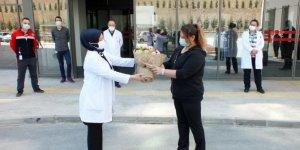Koronavirüsü yenen Fatma ebe, alkışlarla taburcu oldu