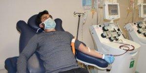Hastalığı yenen doktor, ilk olarak immün plazmasını bağışladı