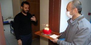 Karantinada kalan 4 kişiye doğum günü sürprizi