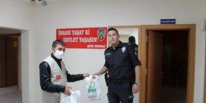 Yunak'ta İHH'den görevlilere iftariyelik hediye paketi
