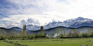 Konya'da dağların eteklerinde bahar, yüksek kesimlerinde kış yaşanıyor