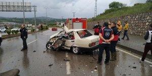 Otomobille kamyonet çarpıştı: 1 ölü