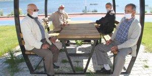 Beyşehir'de 65 yaş ve üstü vatandaşlar göl kıyılarına akın etti