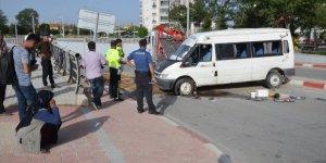 Karaman'da tarım işçilerini taşıyan minibüs devrildi: 4 yaralı
