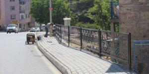 Bozkır'da hastane yolundaki korkuluklar yenileniyor
