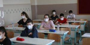 Öğrenciler sınıflarda ter döktü, aileleri ise dışarıda dua etti