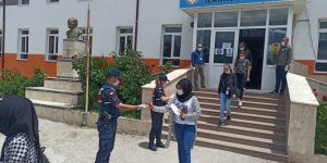 Beyşehir'de jandarmadan LGS'ye giren öğrencilere sınav çıkışında ikram