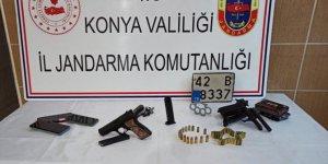 Konya'da jandarma ekipleri ruhsatsız tabanca, muşta ve plaka ele geçirdi