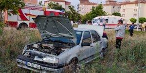 Minibüsle çarpışan otomobilde sıkışan kadın sürücüyü itfaiye kurtardı