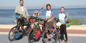 Ailece pedal çevirerek azalan su kaynaklarına dikkat çekiyorlar
