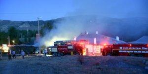 Sivas'ta, samanlık ve ahırda çıkan yangın korkuttu